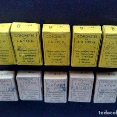 Antigüedades: LOTE DE 10 CAJAS CORCHETES ANTIGUAS Nº8 DE 12 PARES,LATON PLATEADO+BARNIZADAS,ALFILERERIA CENTRAL.. Lote 95007855