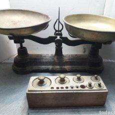 Antigüedades: BALANZA ANTIGUA DE HIERRO FUNDIDO Y JUEGO DE PONDERALES. Lote 95310806