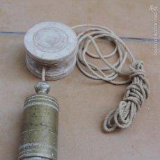 Antigüedades: ANTIGUA Y GRAN PLOMADA EN BRONCE CON CARRETE EN MADERA. Lote 95313831