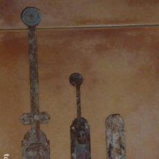 Antigüedades: LOTE PESTILLO FORJA MUY ANTIGUOS.. Lote 95565119