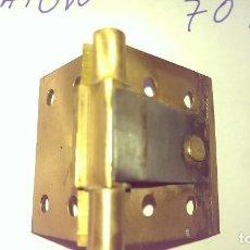 Antigüedades: ANTIGUA BISAGRA LATON PUERTA ARMARIO MESITA PARA RESTAURAR MUEBLES CLASICOS. Lote 95592195