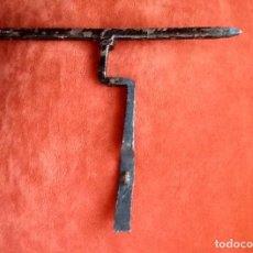 Antigüedades: CERROJO- PESTILLO. CURVADO. ORIGINAL FORMA. ENVIO INCLUIDO EN EL PRECIO.. Lote 95703583