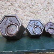 Antigüedades: TRES PESAS HEXAGONALES ANTIGUAS DE DOS UNO Y 1/2 KILO, HIERRO, LASTRADAS CON PLOMO, + INFO Y FOTOS.. Lote 95755511