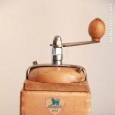 Antigüedades: ANTIGUO MOLINILLO DE CAFÉ PEUGEOT CUBIQUE GRAND LUXE 1941-1943 TALLA 2 EN MADERA DE PLATANERO. RARO. Lote 96074347