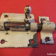 Antigüedades: PESTILLO CERROJO PASADOR GRANDE COMPLETO DE HIERRO PARA PUERTA O MUEBLE. Lote 96248191