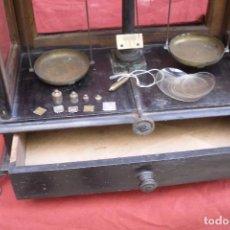 Antigüedades: BALANZA DE FARMACIA CON SUS PESAS. Lote 96323447