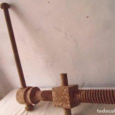 Antigüedades: TORNILLO MECANICO DE BANCO CARPINTERO HERRAMIENTA INDUSTRIAL MUELLE ANTIGUO PARA MESA INDUSTRIAL. Lote 96446867