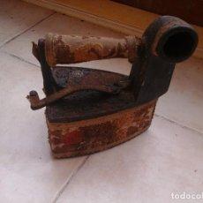 Antigüedades: PLANCHA ANTIGUA DE HIERRO. CARBÓN.ADORNADA HILO DE ORO.. Lote 96448523