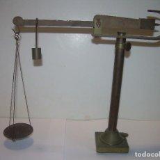Antigüedades: ANTIGUA Y PEQUEÑA BALANZA DE SOBREMESA DE BRONCE...SIGLO XIX.. Lote 96541083