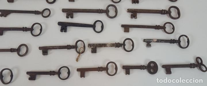 Antigüedades: COLECCIÓN DE 48 LLAVES ANTIGUAS EN HIERRO Y ALUMINIO. ESPAÑA. DESDE EL SIGLO XVII A SIGLO XX. - Foto 8 - 96580231
