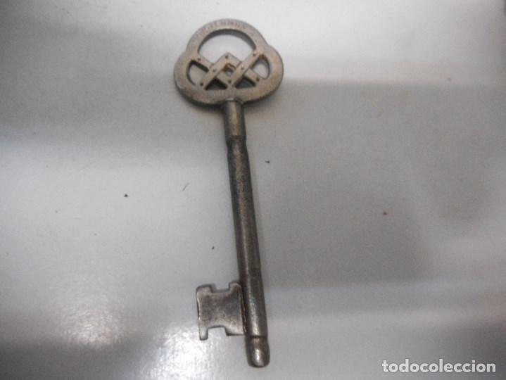 ESPECIAL LLAVE ANTIGUA FORJA CON LETRAS GRABADAS (Antigüedades - Técnicas - Cerrajería y Forja - Llaves Antiguas)