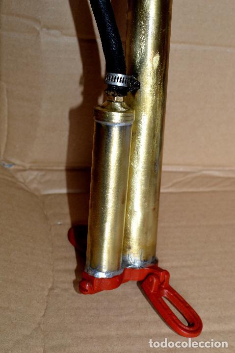 Antigüedades: BOMBA DE INFLAR DE CAMION marca AUTOKING de 55 cm de alto - Foto 4 - 96697255