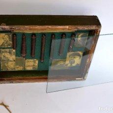 Antigüedades: CAJA 30*22*5 EXPOSITOR CON CRISTAL, DE ESTANCO CON PURITOS Y PERSONAJES DE CINE. Lote 97181871