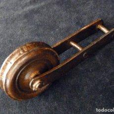 Antigüedades: PEQUEÑA POLEA O GARRUCHA DE HIERRO FORJADO Y RUEDA HUECA. CIRCA 1900. Lote 97259631