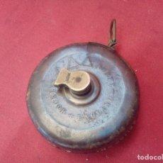 Antiquités: ANTIGUA CINTA MÉTRICA DE CUERO Y BRONCE HOCKLEY ABBEY. Lote 97386971