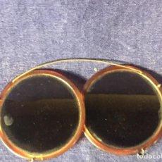 Antigüedades: GAFAS SOL SOBRE GAFAS ALAMBRE VIDRIO MONTURA SIMIL CAREY PPIOS S XX SIN MARCA 5,5X9CMS. Lote 97465723