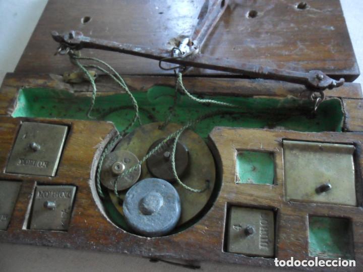 Antigüedades: BALANZA EN HIERRO DE FORJA CON SU CAJA ORIGINAL Y PESAS EN DOBLONES Y DUROS SIGLO XVIII - Foto 4 - 97468951