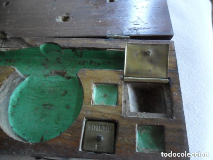 Antigüedades: BALANZA EN HIERRO DE FORJA CON SU CAJA ORIGINAL Y PESAS EN DOBLONES Y DUROS SIGLO XVIII - Foto 7 - 97468951