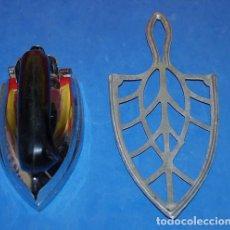Antigüedades: PLANCHA UFESA AÑOS 60 + REGALO SOPORTE PARA PLANCHA. Lote 97499351