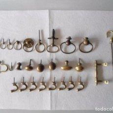 Antigüedades: LOTE 29 ANTIGUAS PIEZAS DE TIRADORES Y ARGOLLAS EN METAL. Lote 97512499
