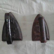 Antigüedades: LOTE DE 4 ANTIGUAS PLANCHAS DE HIERRO MACIZAS DE DISTINTAS MARCAS. Lote 97517835