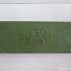 Antigüedades: CAJA DE MAQUINA DE COSER ALFA CON ALGUNOS REPUESTOS. Lote 97634127