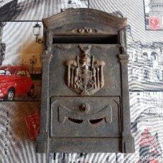 Antigüedades: BUZON DE HIERRO CON SUS LLAVES, CAJA DE MADERA.. Lote 97774951