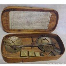 Antiquitäten - ANTIGUA BALANZA DE PESAR ORO CON LAS PESAS Y CON SU CAJA DE MADERA - 97787163