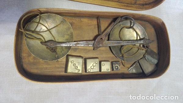 Antigüedades: ANTIGUA BALANZA DE PESAR ORO CON LAS PESAS Y CON SU CAJA DE MADERA - Foto 3 - 97787163