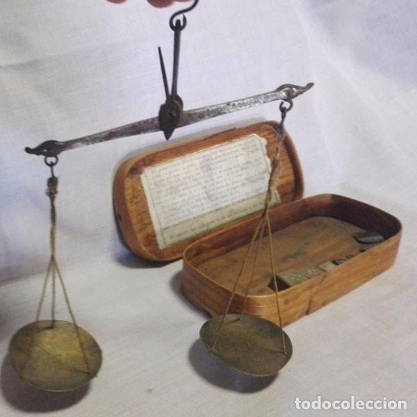 Antigüedades: ANTIGUA BALANZA DE PESAR ORO CON LAS PESAS Y CON SU CAJA DE MADERA - Foto 4 - 97787163