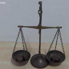 Antigüedades: BALANZA DE LATÓN (24 CM) CON 3 PESAS. Lote 97792415