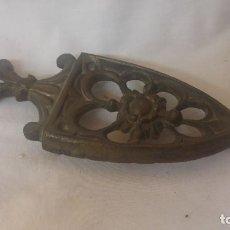 Antigüedades: PONEDOR DE PLANCHAS DE BRONCE ANTIGUO.. Lote 97842987