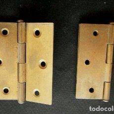 Antigüedades: LOTE DOS BISAGRAS DE LIBRILLO METAL LATON PARA MUEBLES (AÑOS 60-70) ABIERTAS 5 X 6 CM - VISAGRAS. Lote 97856311