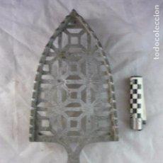 Antigüedades: SOPORTE PLANCHA CARBÓN - 27X12CM. Lote 98239759