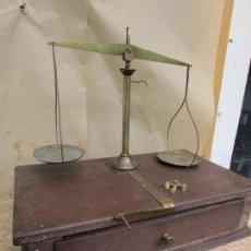 Antigüedades: BALANZA DE JOYERO ANTIGUA.BRONCE SOBRE SOPORTE DE MADERA. CON PALANCA. Lote 98370499