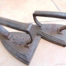 Antigüedades: ANTIGUAS PLANCHA EN HIERRO FUNDIDO - UNA 4 R KENRICK MADE IN ENGLAND Y OTRA SIMBOLO O MARCA ESTRELLA. Lote 98383199