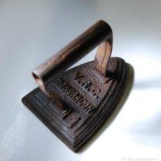 Antigüedades: PLANCHA DE HIERRO VRC MONDRAGÓN. Lote 98586103