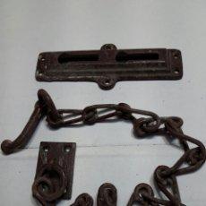 Antigüedades: PESTILLO ANTIGUO DE SEGURIDAD DE HIERRO GRANDE AÑOS 40. Lote 98621431
