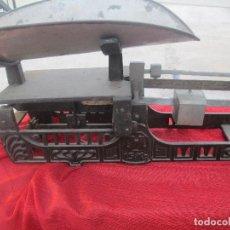 Antigüedades: BASCULAS DE FERMACIA PARA PEZA NIÑOS DE HIERRO. Lote 98891987
