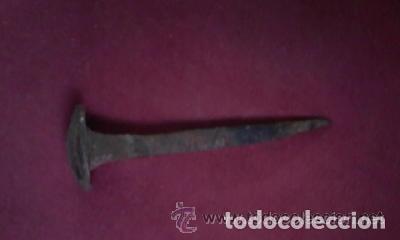 Antigüedades: Enorme y antiguo clavo de hierro forjado para grandes puertas.Mide de largo y 3 cm x cm la cabeza. - Foto 2 - 99246443