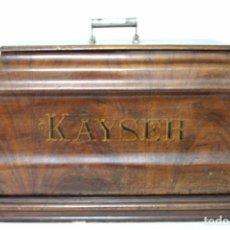 Antigüedades: ANTIGUA MÁQUINA DE COSER DE MANIVELA KAYSER, CON SU CAJA DE MADERA.. Lote 99273959