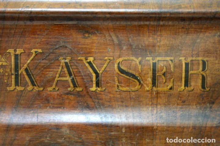 Antigüedades: Antigua máquina de coser de manivela KAYSER, con su caja de madera. - Foto 4 - 99273959