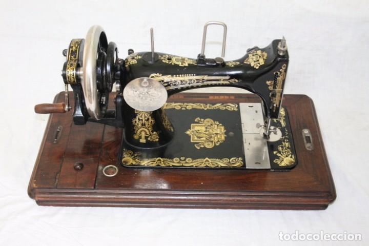 Antigüedades: Antigua máquina de coser de manivela KAYSER, con su caja de madera. - Foto 6 - 99273959