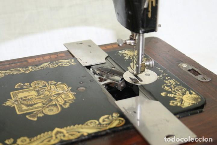 Antigüedades: Antigua máquina de coser de manivela KAYSER, con su caja de madera. - Foto 11 - 99273959