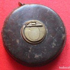 Antigüedades: METRO ANTIGUO DE CINTA ENROLLABLE DE CUERO Y BRONCE. Lote 99378907