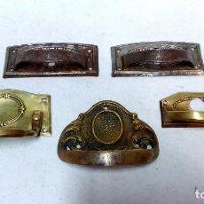 Antigüedades: CONJUNTO 5 EMBELLECEDORES CON TIRADOR, ÉPOCA MODERNISTA. 3 CON BOCALLAVE.. Lote 99505387