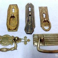 Antigüedades: LOTE 5 EMBELLECEDORES TIRADORES, ÉPOCA MODERNISTA Y ART-DECÓ. 3 CON BOCALLAVE. LATÓN Y BRONCE.. Lote 99506827
