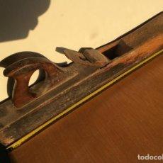 Antigüedades: GARLOPA O CEPILLO GRANDE DE CARPINTERO 58 CENTIMETROS CON CHAPA DE HIERRO EN LA BASE. Lote 99818471