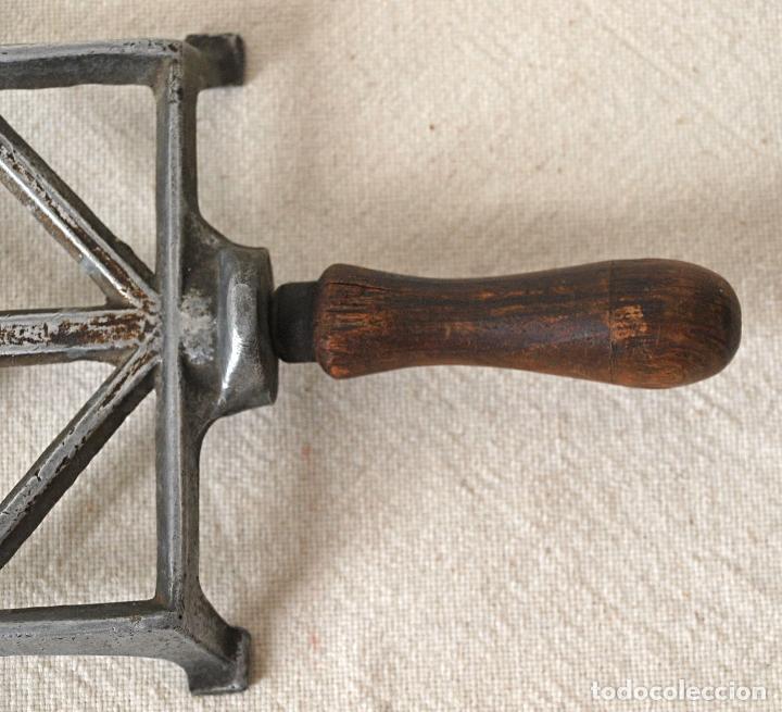 Antigüedades: SOPORTE REPOSA PLANCHAS DE ANTIGUA PLANCHA. 27,5 CM X 11 CM. VER FOTOS Y DESCRIPCION - Foto 3 - 99988127