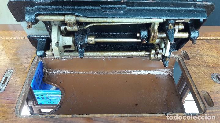 Antigüedades: maquina de coser con pie y mesa - Foto 11 - 100124619